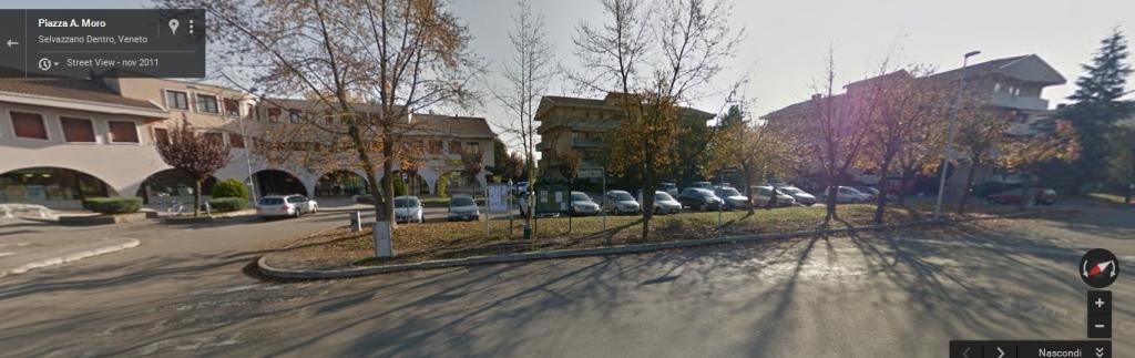 Tuttavia l'immagine di Google Maps Street View, presa nel novembre 2011, mostra un capolinea del 12 ancora privo di tettoia e panchetta