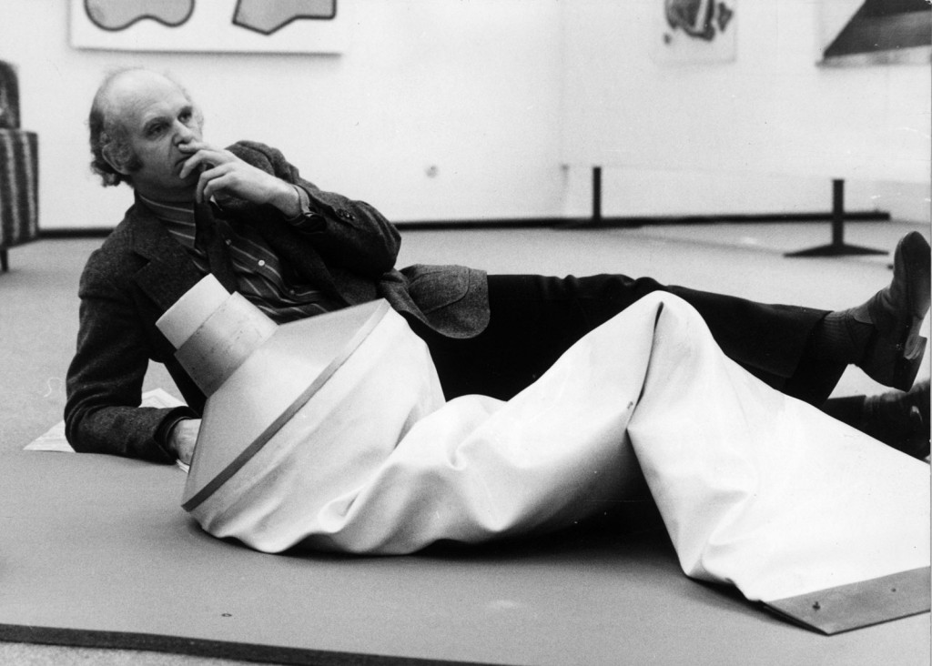Claes Oldenburg, accanto a una sua scultura